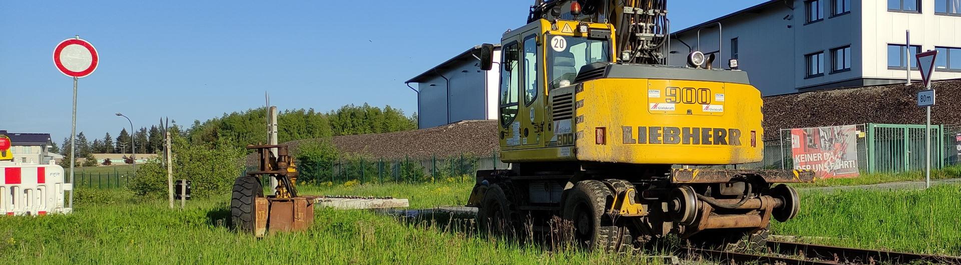 Zweiwege-Bagger am Bahnübergang bei Laubach
