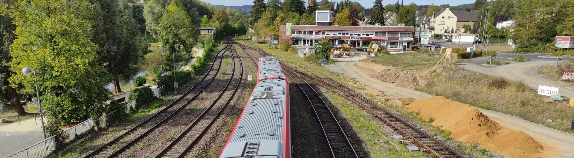 Ausfahrender Zug aus dem Bahnhof Gerolstein in Richtung Trier