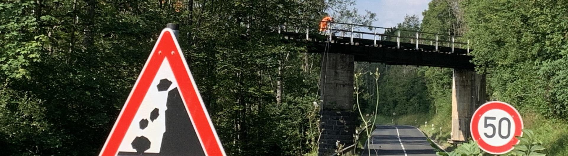 Kyllbrücke mit Mitarbeiter der Deutschen Bahn